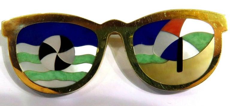 Phenomenal Multi Hard Stone Sunglasses Reflecting Beach Scene Gold Pin Brooch In Excellent Condition For Sale In Palm Beach, FL