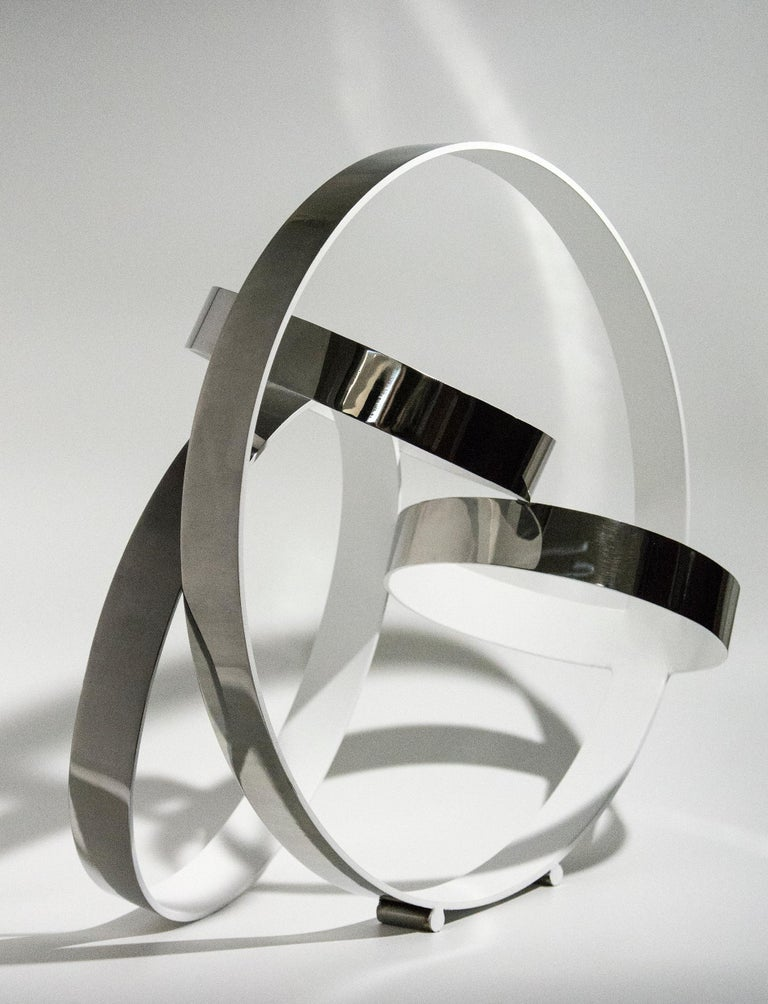 Four Ring Temps Zero White - Gray Abstract Sculpture by Philippe Pallafray
