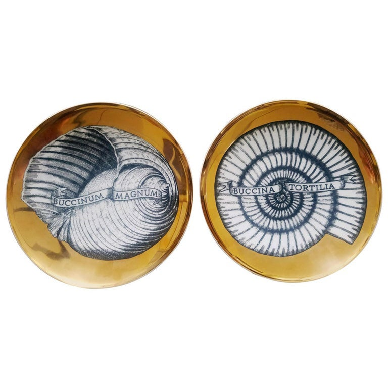 Mid-20th Century Piero Fornasetti Porcelain Gilt Pair of Seashell Plates, Conchyliorum Pattern For Sale