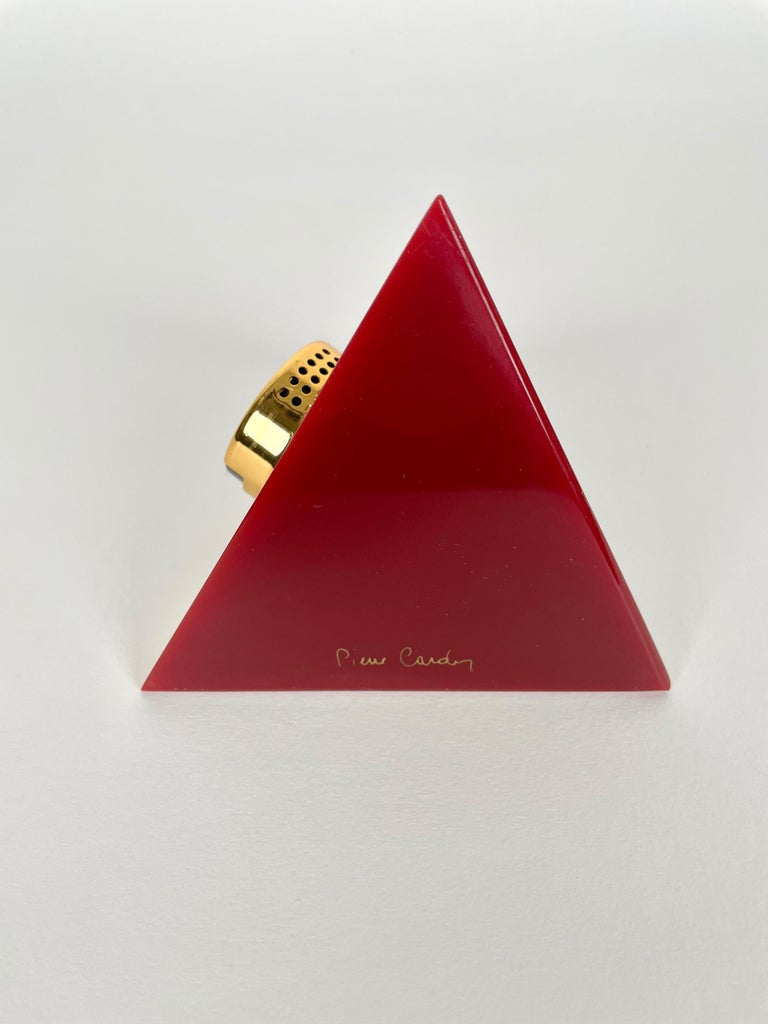Pierre Cardin Pyramid Bordeaux Lucite Table Lighter, France, 1970s In Good Condition For Sale In Rome, IT