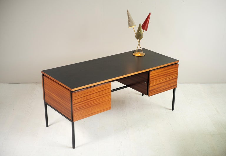 Executive desk n ° 620 in mahogany and black matte formica by Pierre Guariche for the Minvielle Editions, France 1960. Black lacquered quadrangular base, a drawer box for left hanging filing cabinets, a box with two drawers on the right, both
