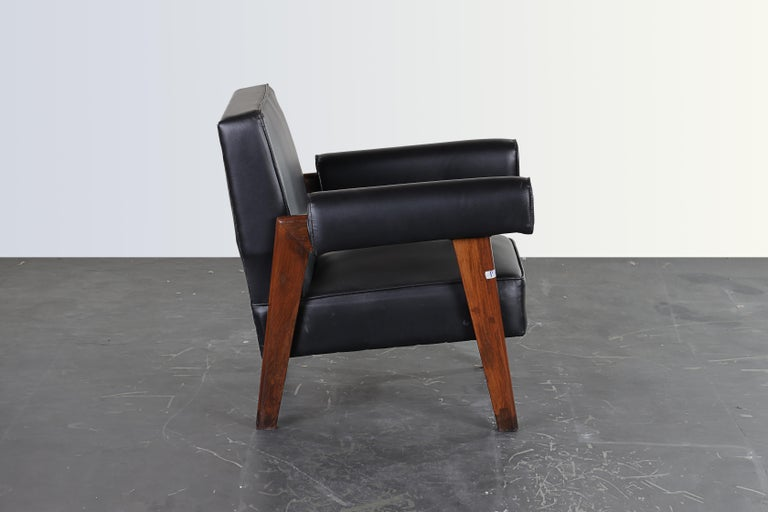This sofa chair is a fantastic piece, finally it's iconic. It is raw in its simplicity, nothing too much but still nothing is missing. The legs in a shape of a bridge gave them the name