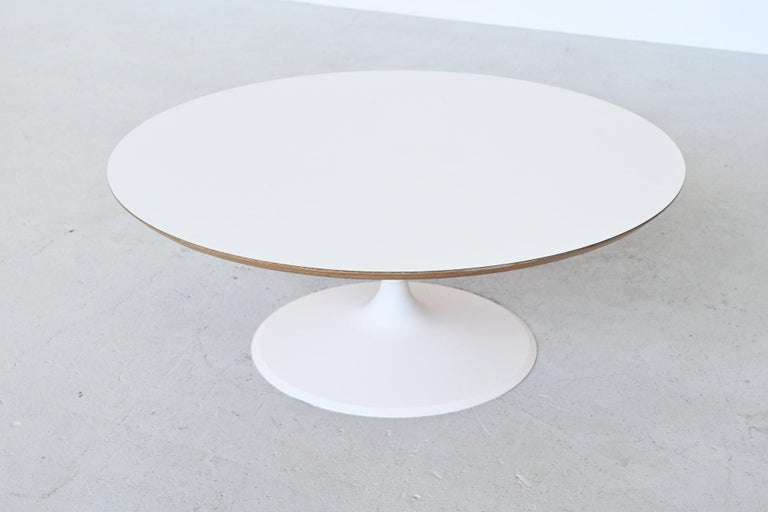 Very nice round coffee table model Circle designed by Pierre Paulin and manufactured by Artifort, the Netherlands, 1960s. This is a first edition piece from the 1960s with a white lacquered metal base and laminated plywood top. Iconic coffee table