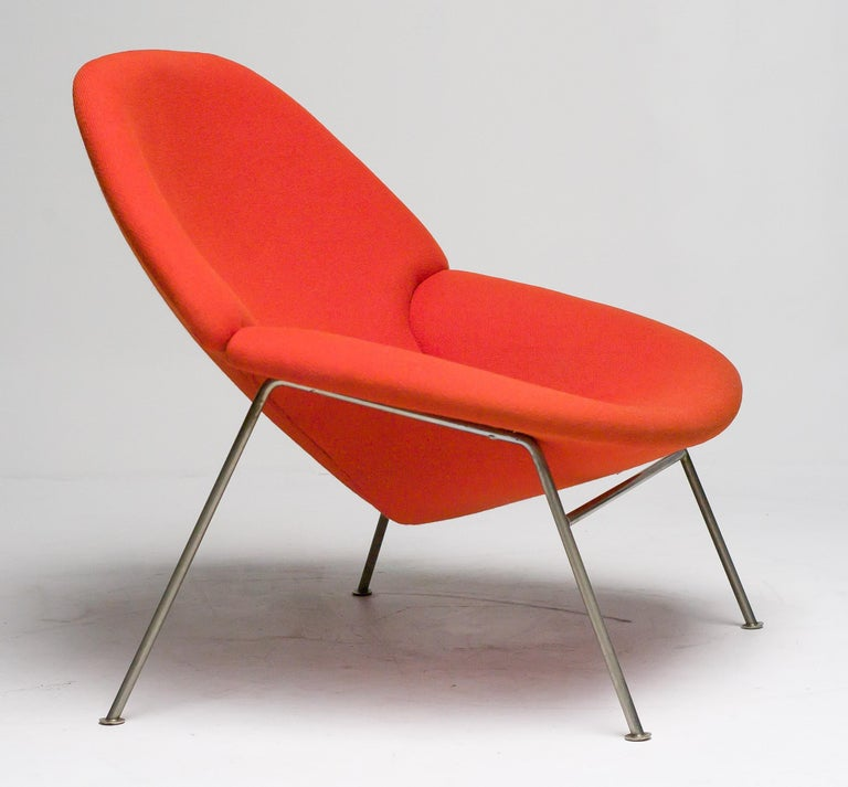 Very hard to find and one of the most elegant Paulin designs. Model F555 for Artifort the Netherlands, upholstered in beautiful red wool Hallingdal 600 by Nana Ditzel.