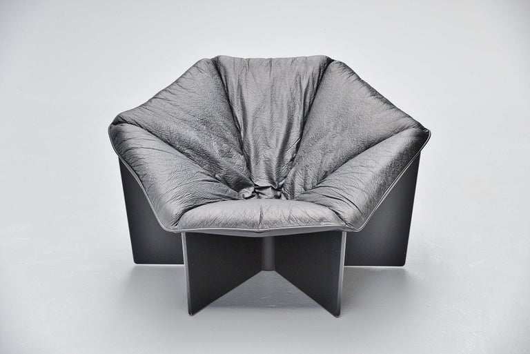 Important lounge chair model F678 designed by Pierre Paulin and manufactured by Artifort, Holland 1965. This is for the so called spider lounge chair. This chair has a plywood black lacquered base, connected with 1 nylon wire where the leather
