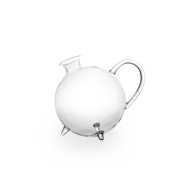Piggy is a hand blown borosilicate glass carafe. The round lines make piggy an ironic