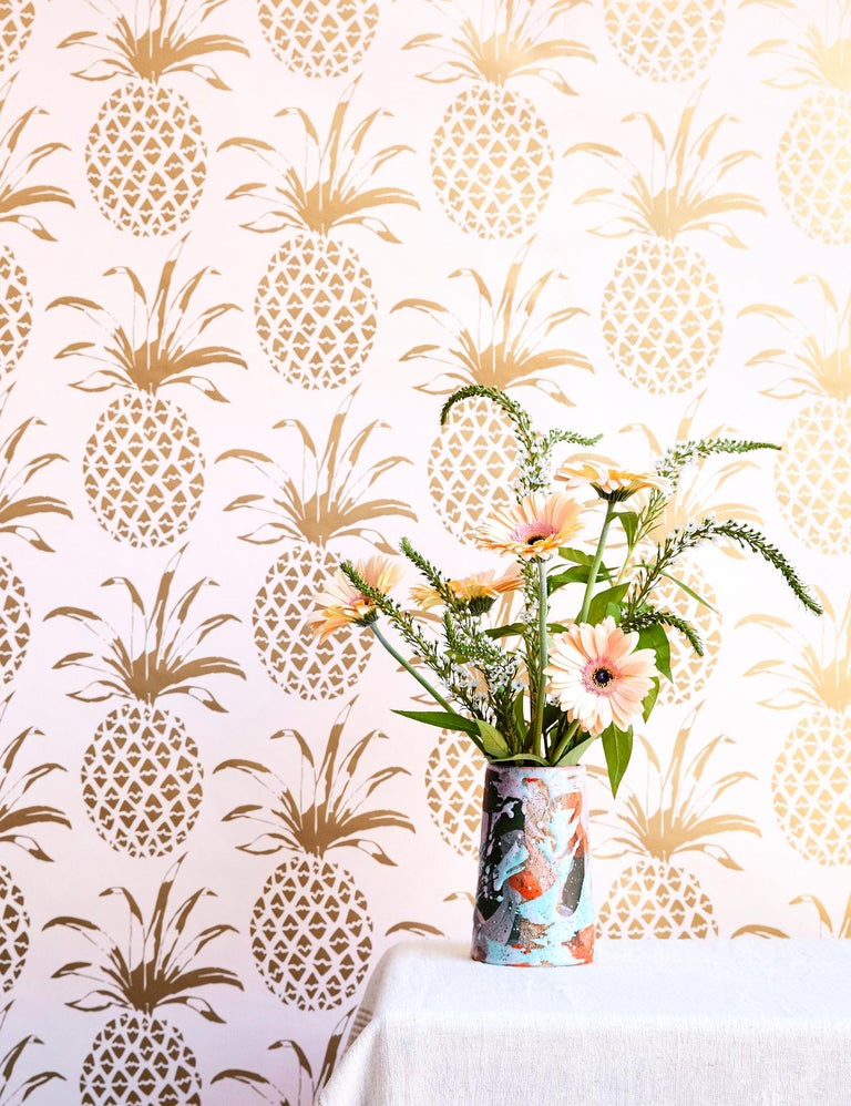 There's no better way to say welcome than with our pineapple wallpaper!   Samples are available for $18 including US shipping, please message us to purchase.    Printing: Screen-printed by hand. Material: FSC-certified paper.  Trimming: This product
