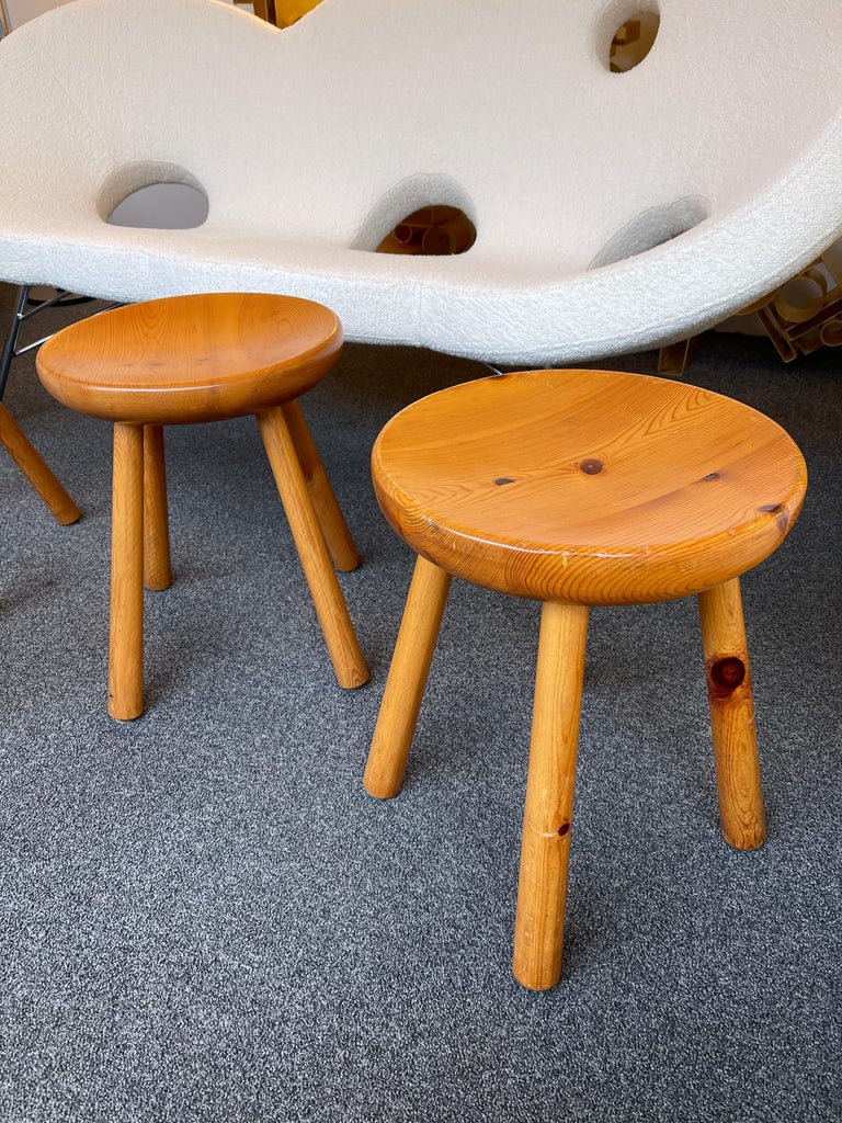 Carved solid pinewood stool design Les Arcs attributed to Charlotte Perriand. Famous design like Pierre Jeanneret, Chandigarh, Le Corbusier, Jean Prouvé.  Price by stool, in sale separately.