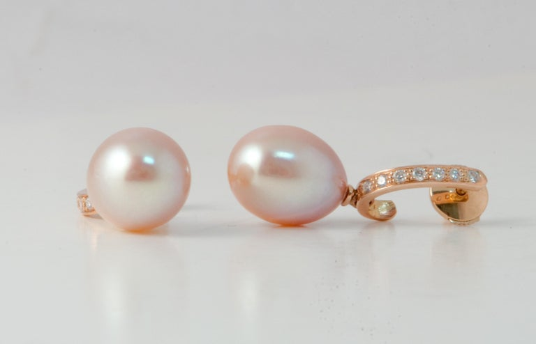 Discover this Pink Freshwater Pearls and White Diamonds on pink Gold 18 ct Drop Earrings. 14 White Diamonds Brilliant 0.180 Karat Color G/VS Pink Gold 18 Karat 1.94 g