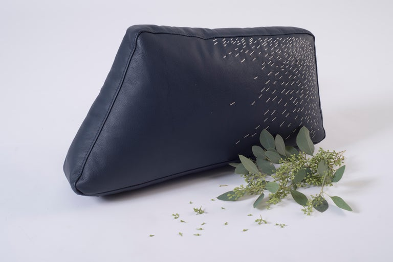 Piteado is the embodiment of Jalisco's craftsmanship, every stich of the maguey fiber on the tinted leather carries with it centuries of tradition. The Pita cushions reflect the timelessness of the technique, whose delicate embroidery shines through