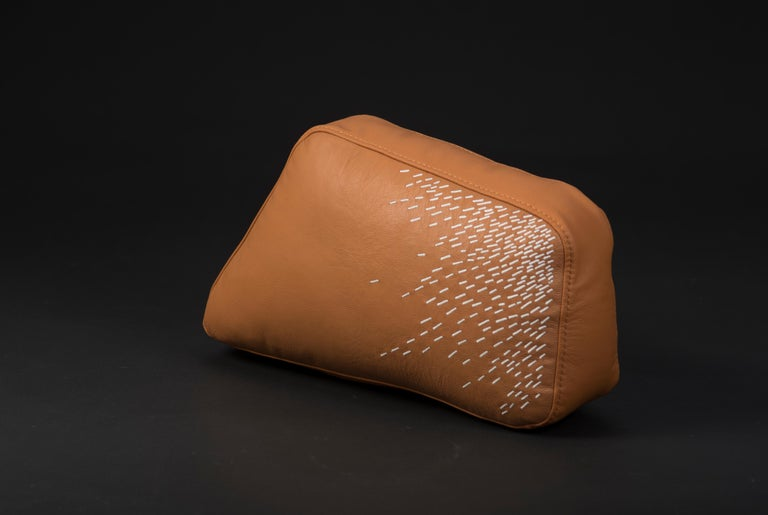 Piteado is the embodiment of Jalisco's craftsmanship: every stitch of the maguey fiber on the tinted leather carries with it centuries of tradition. The Pita cushions reflect the timelessness of the technique, whose delicate embroidery shines