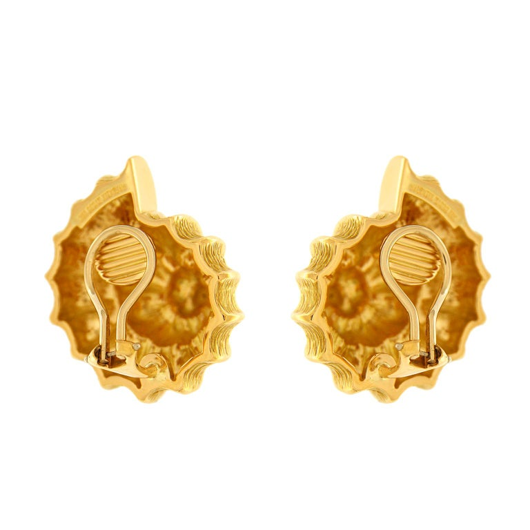 Plain Gold Scallop Shell Earrings In New Condition For Sale In New York, NY