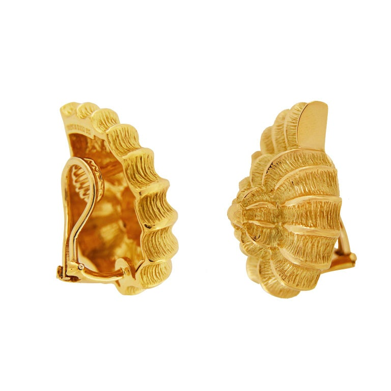 Women's Plain Gold Scallop Shell Earrings For Sale