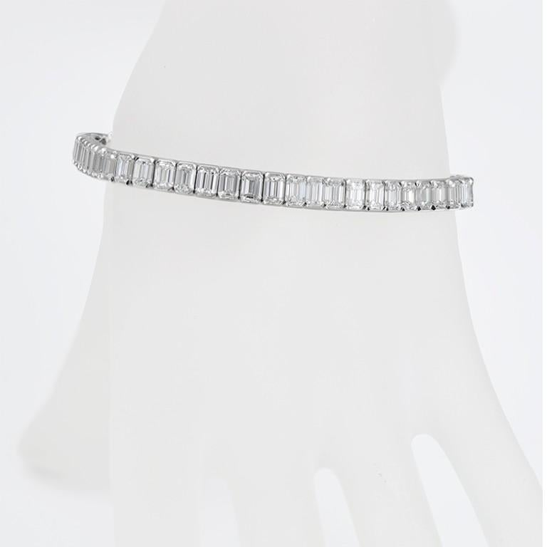 Platinum 13.68 Carat Emerald Cut Diamond Tennis Bracelet In New Condition For Sale In New York, NY