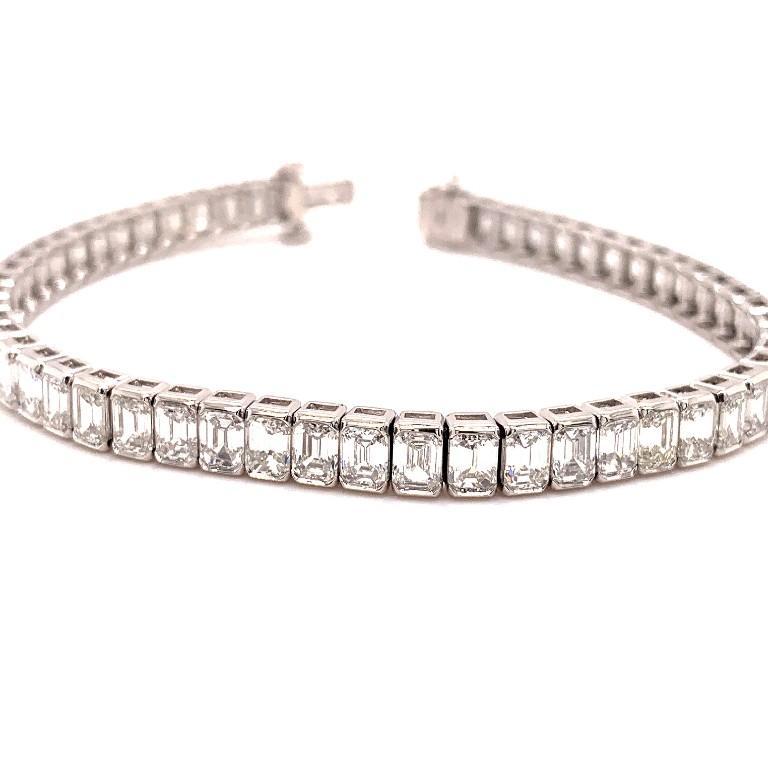 Platinum 13.68 Carat Emerald Cut Diamond Tennis Bracelet For Sale 1