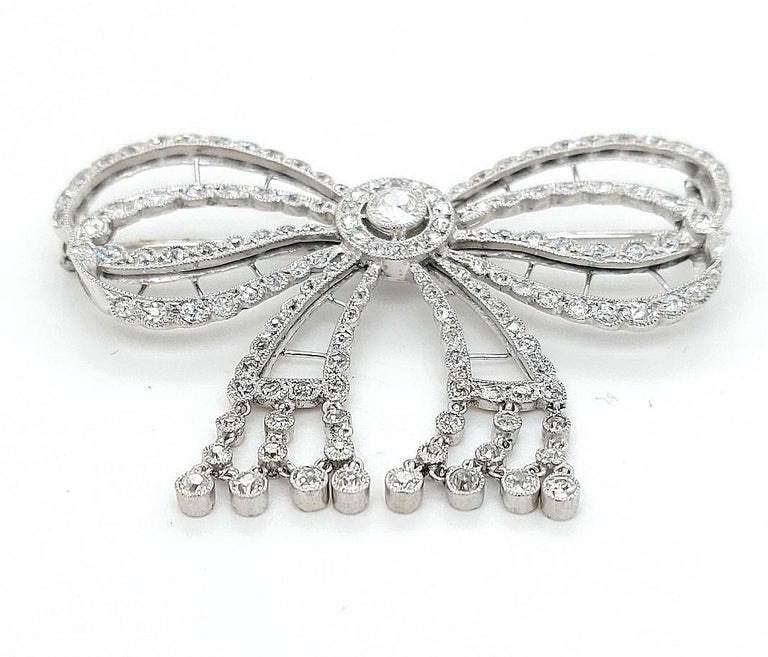 Platinum Artdeco Bowknot Diamond Brooch with Dangling Diamonds In Excellent Condition For Sale In Antwerp, BE