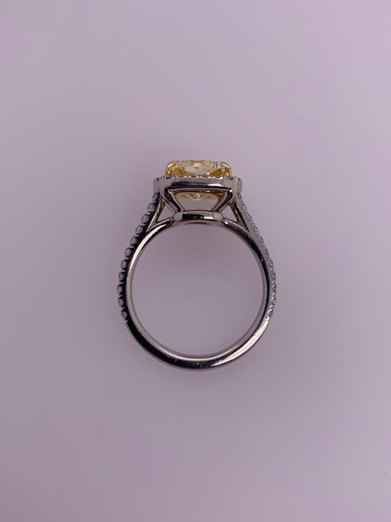 Platinum Canary Ring Radiant Cut 2.64 Carat GIA Natural Fancy Yellow Diamond For Sale 1