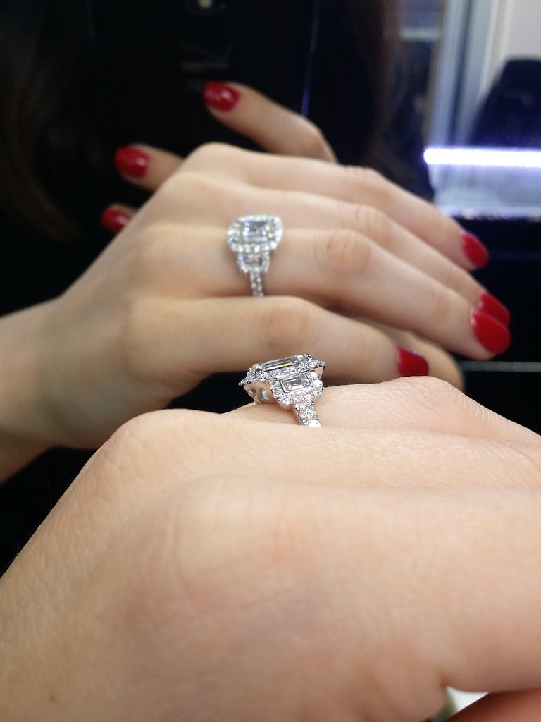 Platinum Three-Stone Diamond Emerald Cut Engagement Ring In New Condition For Sale In New York, NY