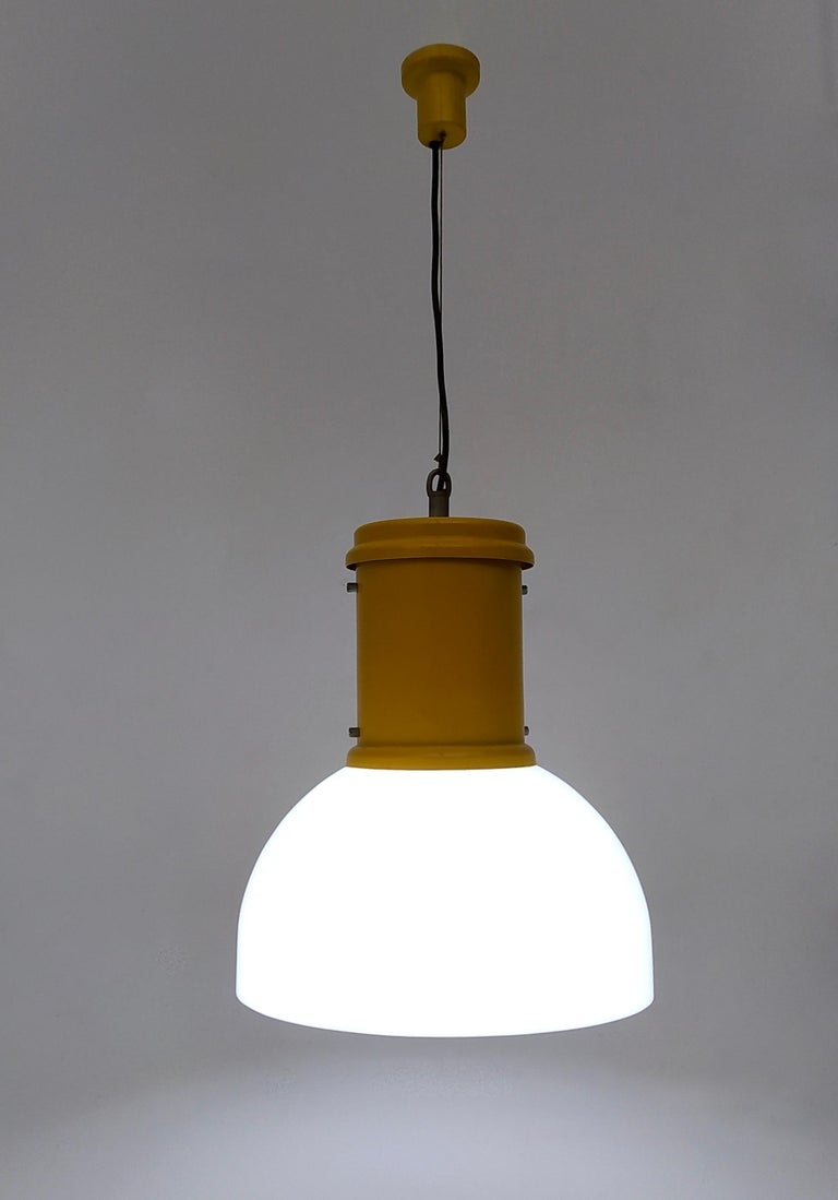 It is made in white plexiglass, yellow varnished aluminum and a steel wire.
