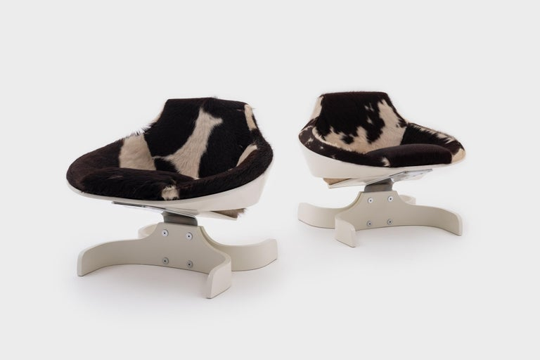 Important pair of 'Sella 1001' lounge chairs by Joe Colombo for Comfort, Italy 1963. Innovative design made of two interlocking white-lacquered plywood shells, a chromed metal frame and a double 'C' shaped plywood foot. Fantastic design with
