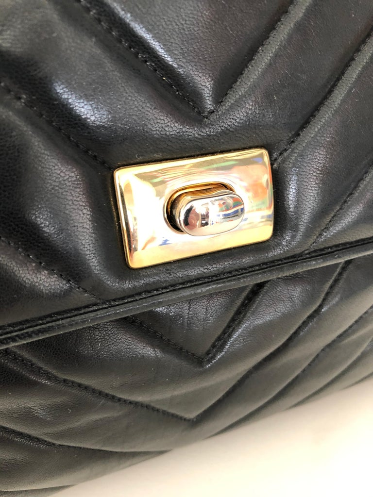 Pocketbook Fine Quilted Black Leather with Extra Long Chain Classic Chic For Sale 4
