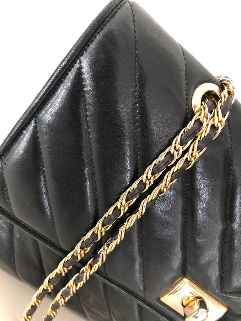 Pocketbook Fine Quilted Black Leather with Extra Long Chain Classic Chic For Sale 5