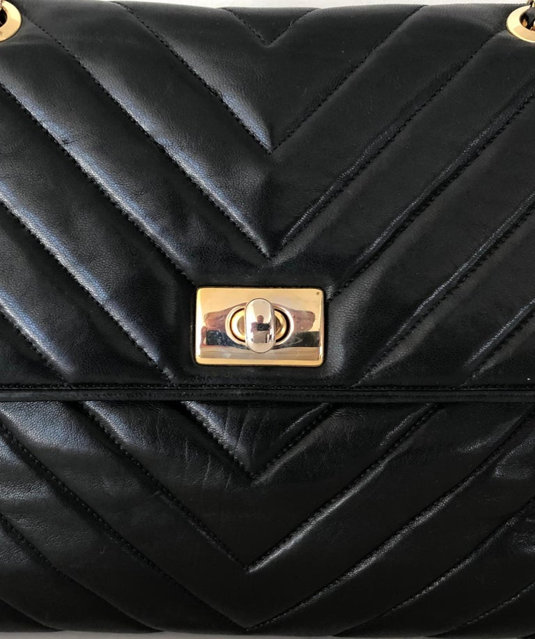 Pocketbook Fine Quilted Black Leather with Extra Long Chain Classic Chic In Excellent Condition For Sale In Westport, CT