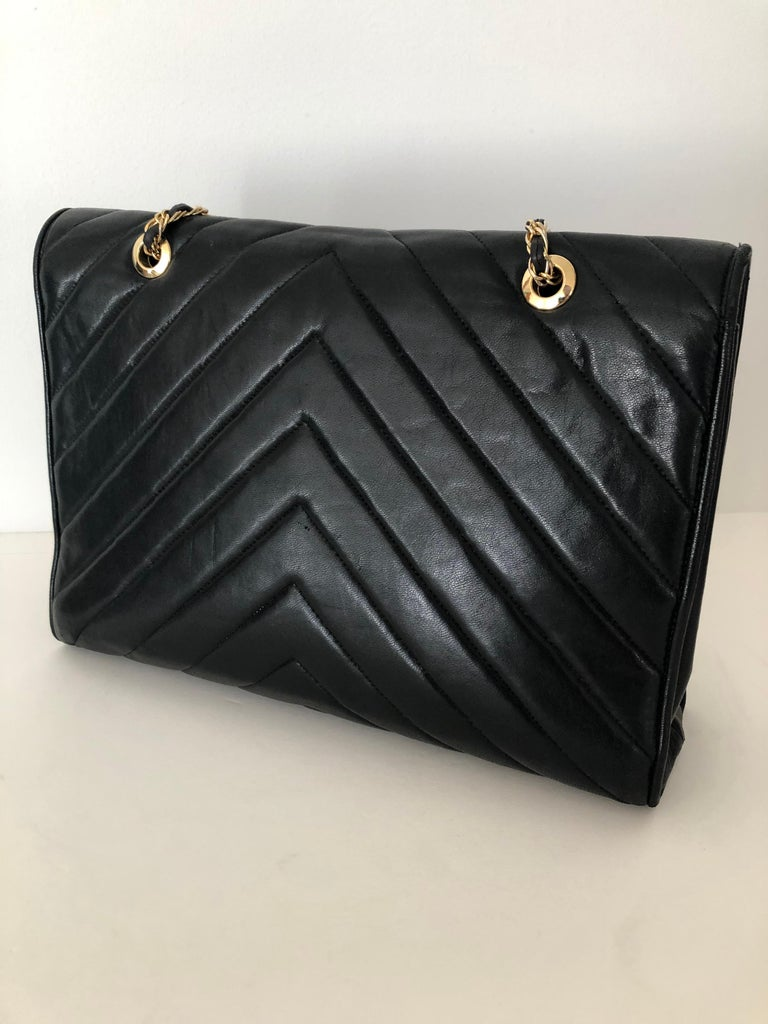 20th Century Pocketbook Fine Quilted Black Leather with Extra Long Chain Classic Chic For Sale