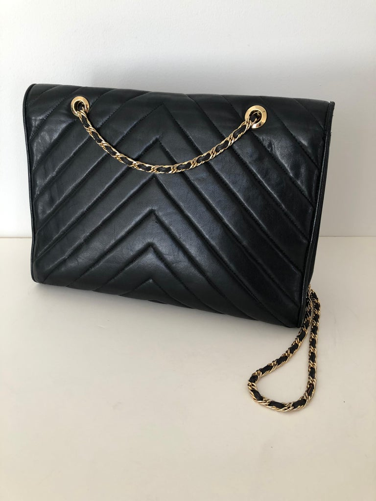 Pocketbook Fine Quilted Black Leather with Extra Long Chain Classic Chic For Sale 1