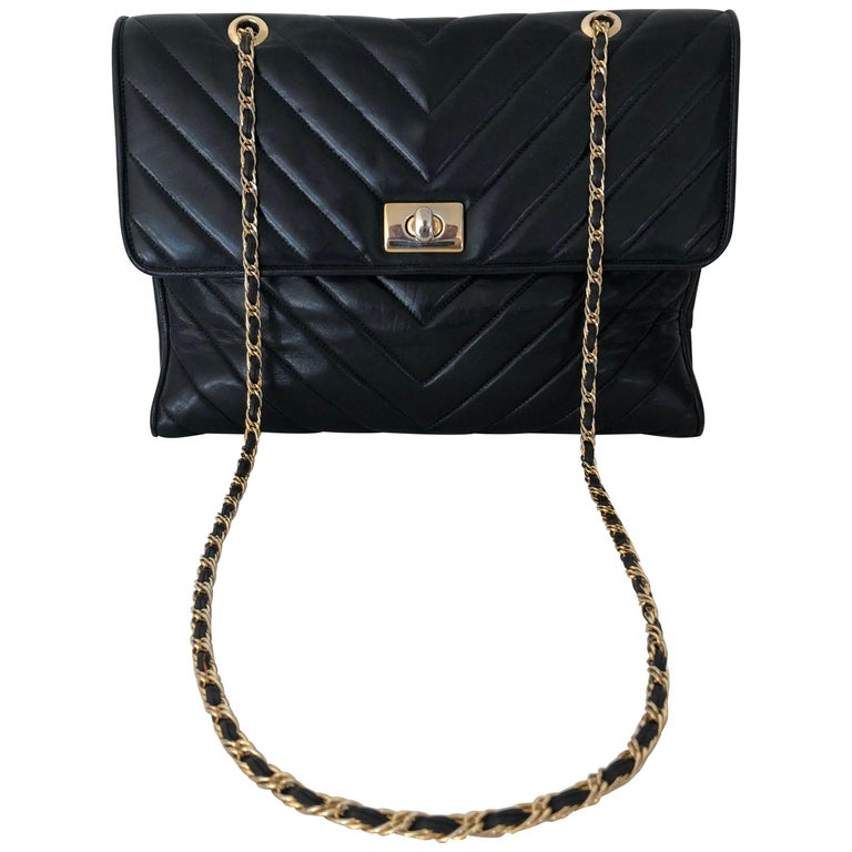 Pocketbook Fine Quilted Black Leather with Extra Long Chain Classic Chic For Sale