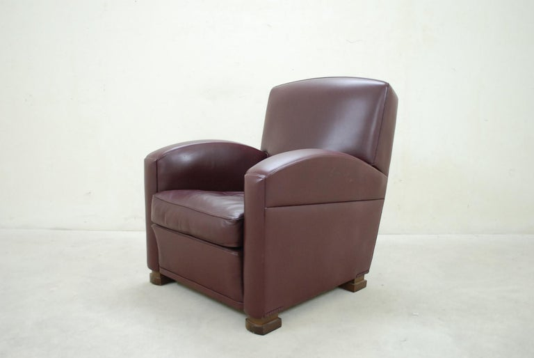 This Poltrona Frau Classic armchair model Tabarin is made of red Bordeaux The feet is made of dark beech. A classic timeless design from Italy of the 1930 era.