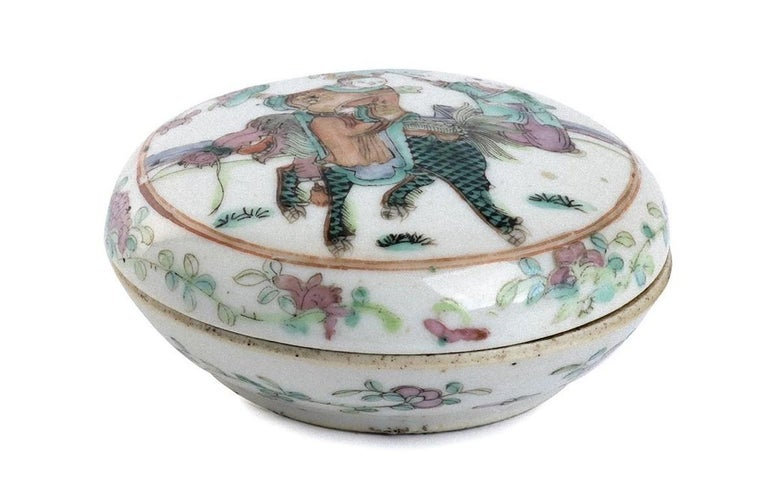 Polychrome Chinese Porcelain Box with Lid, China, Early 20th Century In Good Condition For Sale In Roma, IT