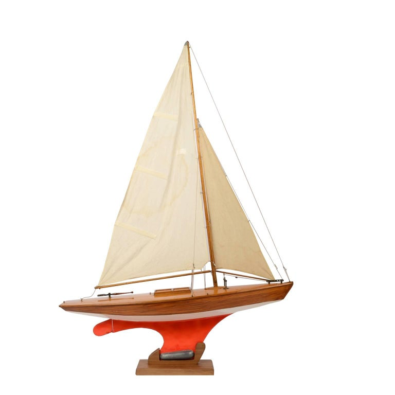 Pond Model on wooden base, red hull and lead ballast. This could be a model of yacht designed by the British naval architect Laurent Giles, made in the fifties of the last century. Very good condition. Measurements: 86 x 21 H 117.