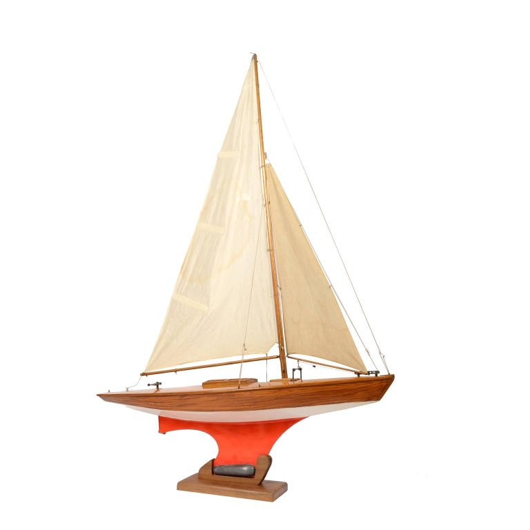 British Pond Model on Wooden Base, Red and White Hull Made in the 1950s For Sale