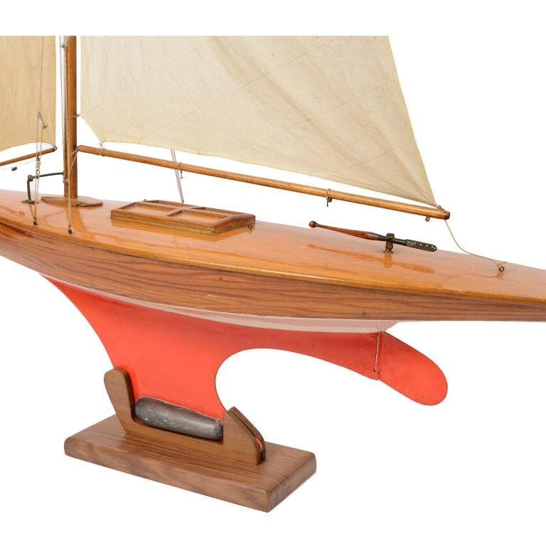 Pond Model on Wooden Base, Red and White Hull Made in the 1950s In Excellent Condition For Sale In Milan, IT