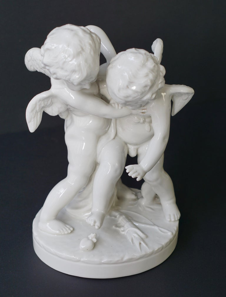 Porcelain Figurative Sculpture Representing Two Little Angels, Putti For Sale 3