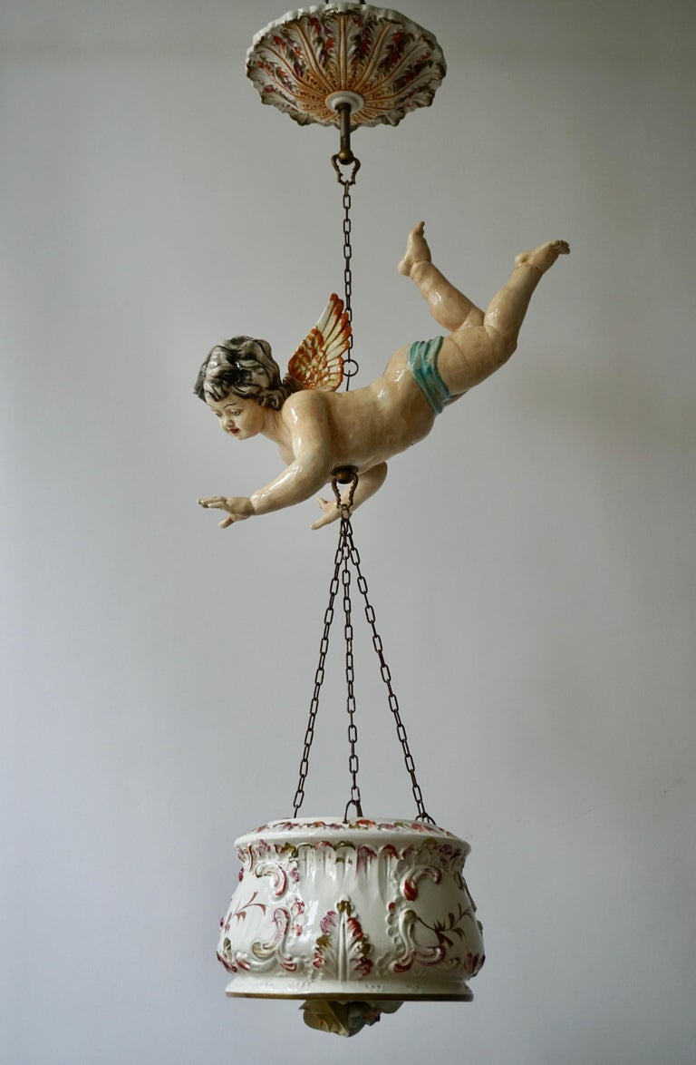 Porcelain Hanging Planter/Jardinière with Winged Putti In Good Condition For Sale In Antwerp, BE