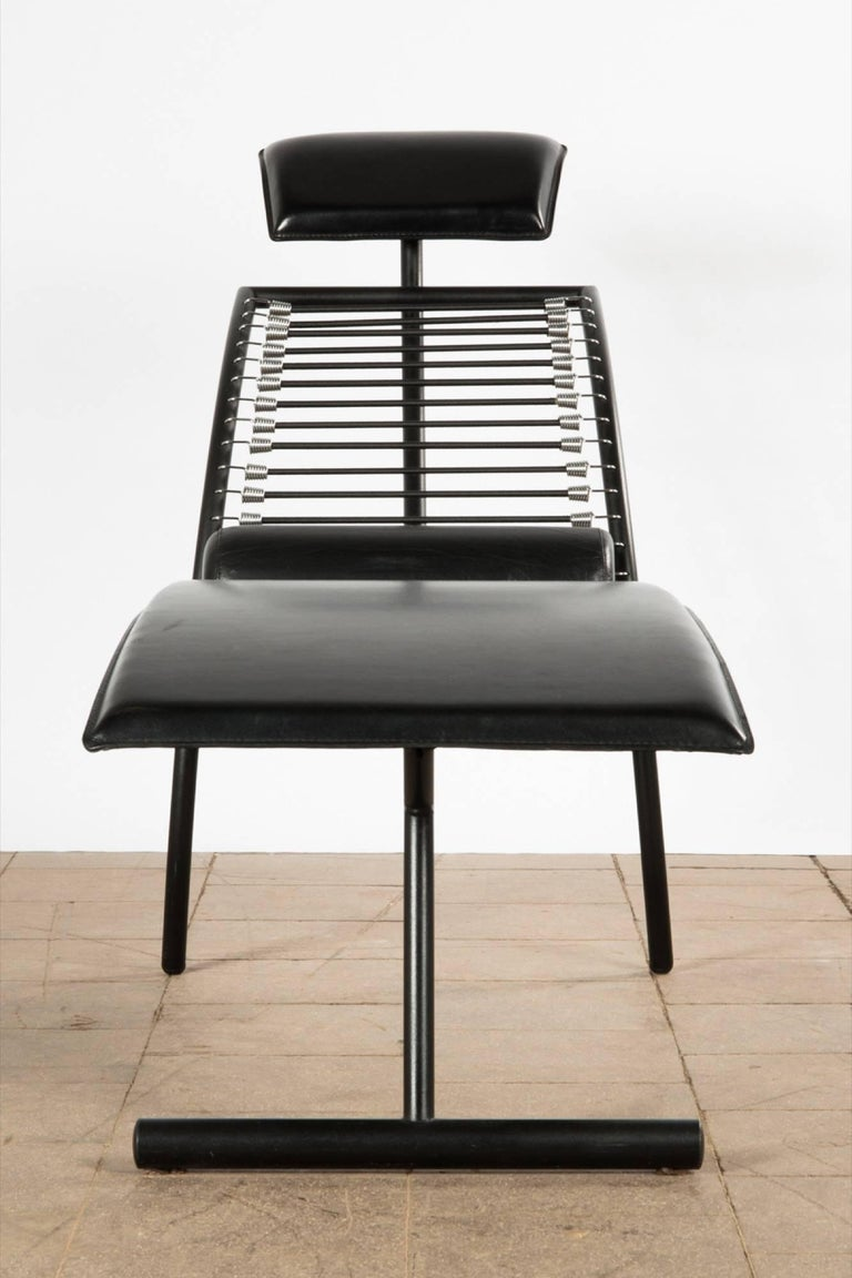 Postmodern chaise longue chair Italian design, circa 1980s, curved construction in black lacquered metal and black leather upholstery.