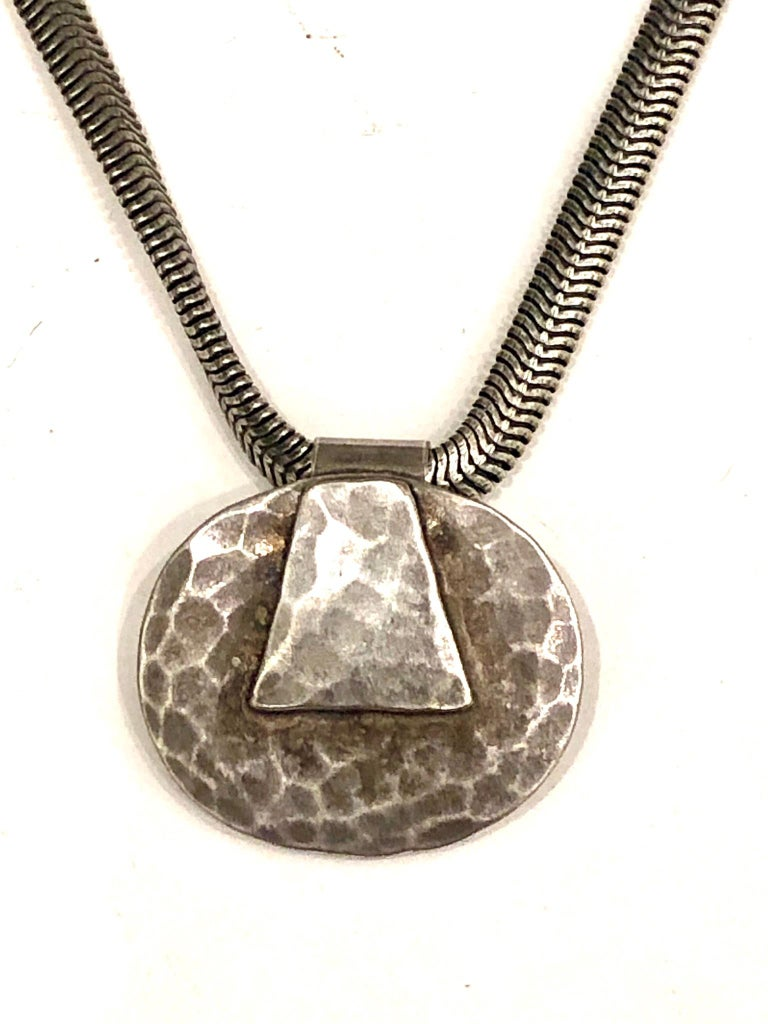 Great design on this nice pendant with original necklace in silver hammered patinated finish circa 1980s, stamped in the back BAER SF, from San Francisco great California design. The necklace its 19.5