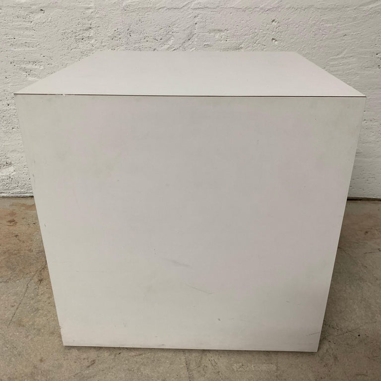 Postmodern White Laminate Cube Side End or Occasional Table In Good Condition For Sale In Miami Beach, FL