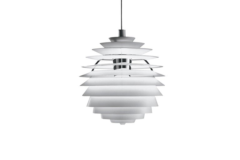 The fixture provides 100% glare-free light. The geometrical, spherical design is based on the principle of illuminating all surfaces at the same angle. This ensures uniform light around the fixture, illuminating both walls and ceiling. Matte painted
