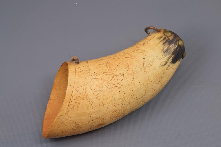 Dusting carved horn, metal. With registration and date. Spain, 1937. Container to store gunpowder formed from an animal horn (very possibly cattle) to which the tip has been cut and covered this area (with metal tacks), and equipped with some