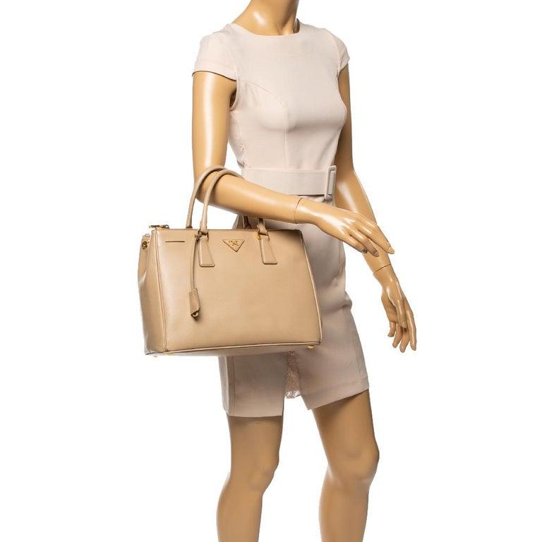 Prada Beige Saffiano Lux Leather Medium Double Zip Tote In Good Condition For Sale In Dubai, Al Qouz 2