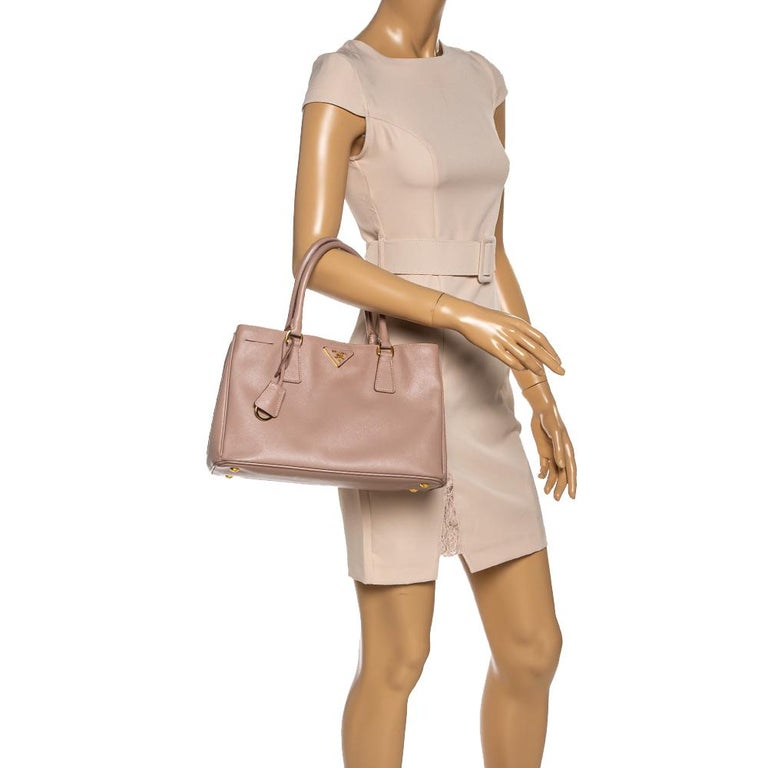 Prada Beige Saffiano Lux Leather Medium Middle Zip Tote In Good Condition For Sale In Dubai, Al Qouz 2