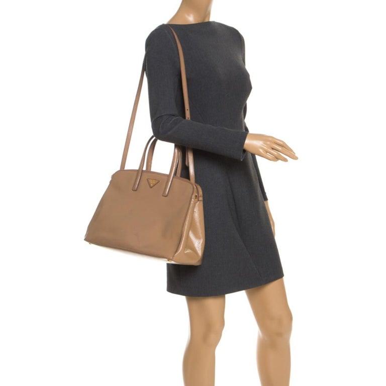 Prada Beige Saffiano Patent Leather Double Zip Spazzolato Tote In Good Condition For Sale In Dubai, Al Qouz 2