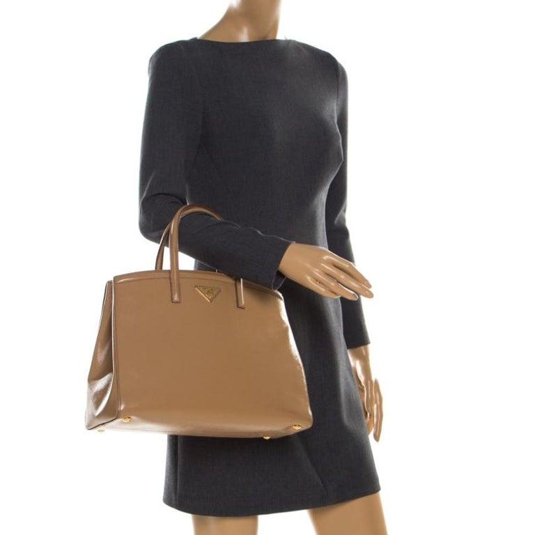 Prada Beige Saffiano Vernice Leather BN2535 Tote In Good Condition For Sale In Dubai, Al Qouz 2