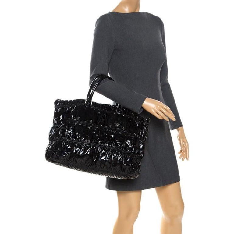 Prada Black Gaufre Patent Leather Large Tote In Excellent Condition For Sale In Dubai, Al Qouz 2