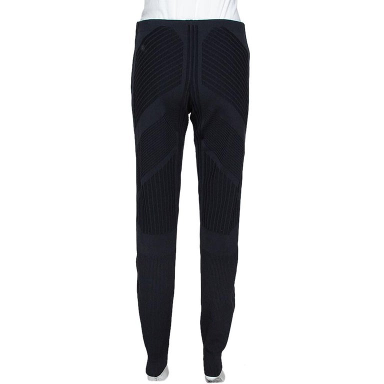 For days when you want to dress casually, this pair of Prada Technical leggings will be just right. Made from a blend of fabrics, the leggings feature contrasting trims, geometric motifs and elasticized waistline. The pair will offer you a nice