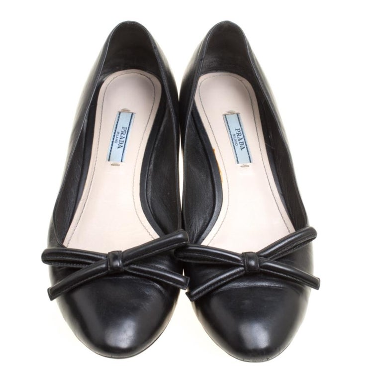 Prada Black Leather Bow Block Heel Pumps Size 39 In Good Condition For Sale In Dubai, Al Qouz 2