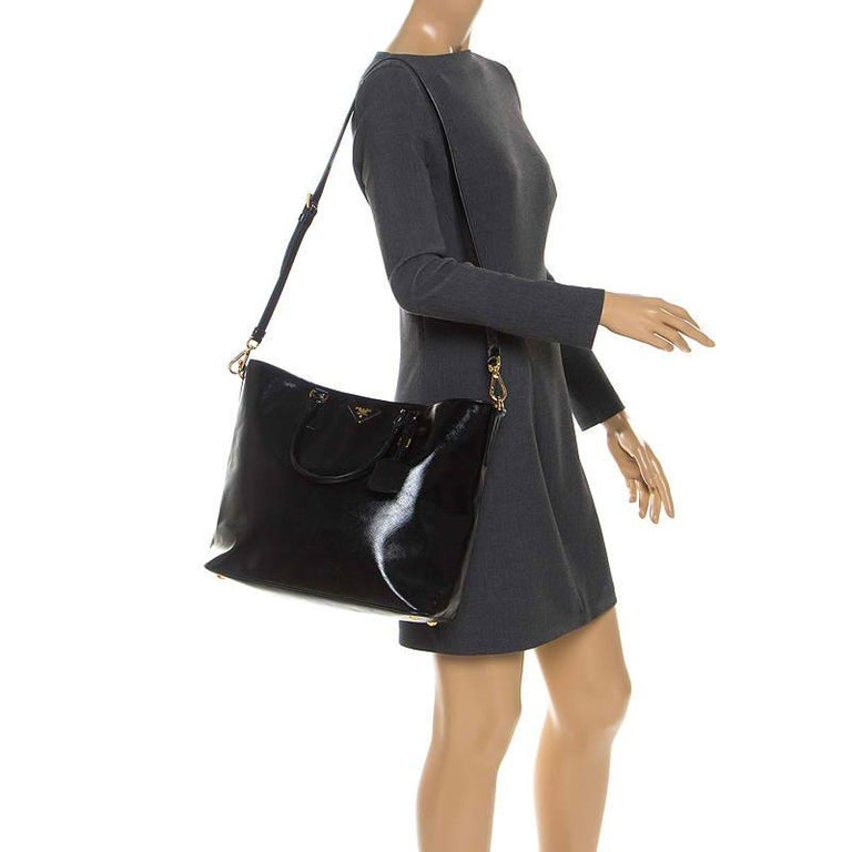 Prada Black Patent Leather Vernic Shopper Tote In Good Condition For Sale In Dubai, Al Qouz 2